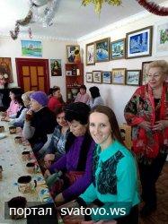 В «Слобожанській хаті» зібралися майстрині за чашкою гарячого чаю.