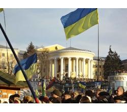 Флаг Украины и люди на майдане
